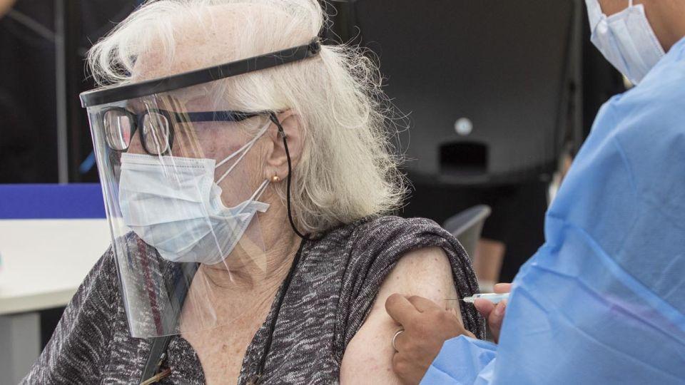 personas mayores vacunandose 20210303