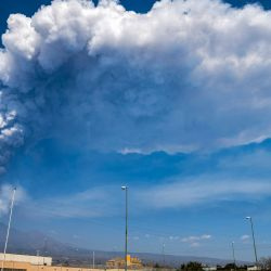 Una vista general desde Giarre, al norte de Catania, Sicilia, muestra el monte Etna, uno de los volcanes más activos del mundo, continuó arrojando humo y cenizas al sureste de su cráter.    Foto:AFP
