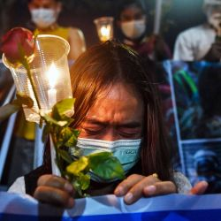 Un migrante de Myanmar que vive en Tailandia llora durante un memorial en Bangkok para honrar a los que murieron durante las manifestaciones contra el golpe militar en su tierra natal.   Foto:AFP