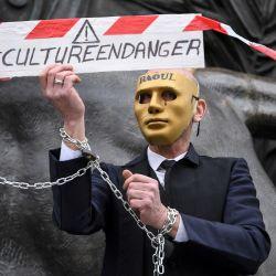Un manifestante con una máscara y cadenas en las muñecas,durante una manifestación de protesta contra el cierre de negocios culturales como medida para frenar la propagación del Covid-19, en la plaza de la República de París.    Foto:AFP
