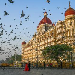 Una pareja posa para fotografías frente al hotel TajMahal en Mumbai.   Foto:AFP