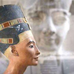 La tumba de Nefertiti podría estar sin terminar, sin decorar, violada o haber sufrido grandes daños.