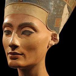 La misteriosa reina egipcia Nefertiti fue la gran esposa real del faraón Akhenaton.