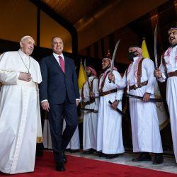 1El primer ministro de Irak, Mustafa al-Kadhemi, da la bienvenida al Papa Francisco en la Sala VIP del Aeropuerto Internacional de Bagdad. | Foto:AFP