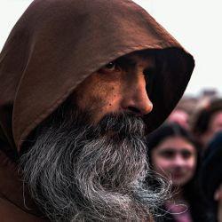 2Un monje franciscano asiste a una celebración en una plaza pública en la ciudad predominantemente cristiana de Qaraqosh (Baghdeda), en la provincia de Nínive, en Irakantes de la visita del Papa a la ciudad.   Foto:AFP