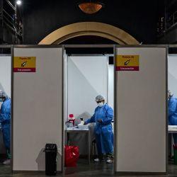 Trabajadores de la salud administran la vacuna desarrollada por Sinopharm de China contra COVID-19 en el recinto ferial La Rural, en Buenos Aires, en medio de la pandemia del nuevo coronavirus.   Foto:AFP