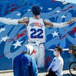 Un mural de MatisseThybulle #22 de los 76ers de Filadelfia se ve en el lateral del garaje del bar del barrio de Fishtown en Filadelfia, Pensilvania.  | Foto:AFP
