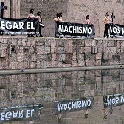 Activistas de Femen sostienen pancartas, junto con una cruz con el número 1082 en referencia al número de femicidios desde que comenzó el rastreo en España en 1999 durante una protesta en la Plaza de Colón de Madrid.   Foto:AFP
