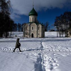 Una mujer camina frente a la catedral del siglo XII en el centro histórico de la ciudad de Pereslavl-Zalessky, es parte del llamado Anillo de Oro de Rusia, que comprende varias ciudades fuera de Moscú.    Foto:AFP