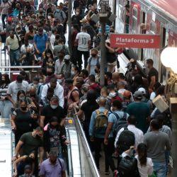 """Decenas de pasajeros caminan después de desembarcar del tren en la estación de Luz en el centro de Sao Paulo, Brasil, en medio de la pandemia. El estado más grande de Brasil, Sao Paulo, declaró el miércoles nuevas restricciones de """"código rojo"""" sobre COVID-19.    Foto:AFP"""