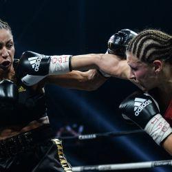La francesa EstelleMossely-Yokay la alemana VerenaKaiser compiten durante su combate de boxeo por el título de peso ligero de IBO en el H Arena en Nantes, en el oeste de Francia.    Foto:AFP