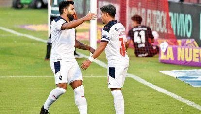 Abrazo compartido. Silvio Romero asistió, Sebastián Palacios convirtió y así lo festejaron.