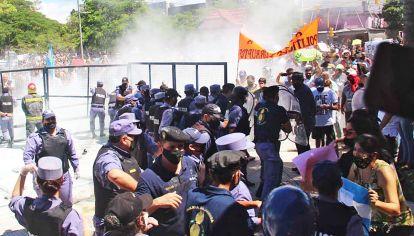 Represión. La manifestación se convocó luego de que se volvieran a cerrar las actividades tras la confirmación de apenas 17 casos nuevos en la capital provincial.