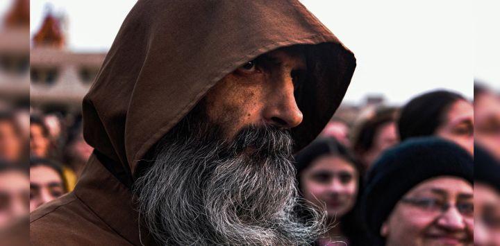 2Un monje franciscano asiste a una celebración en una plaza pública en la ciudad predominantemente cristiana de Qaraqosh (Baghdeda), en la provincia de Nínive, en Irakantes de la visita del Papa a la ciudad.