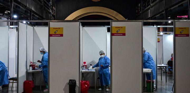 Trabajadores de la salud administran la vacuna desarrollada por Sinopharm de China contra COVID-19 en el recinto ferial La Rural, en Buenos Aires, en medio de la pandemia del nuevo coronavirus.