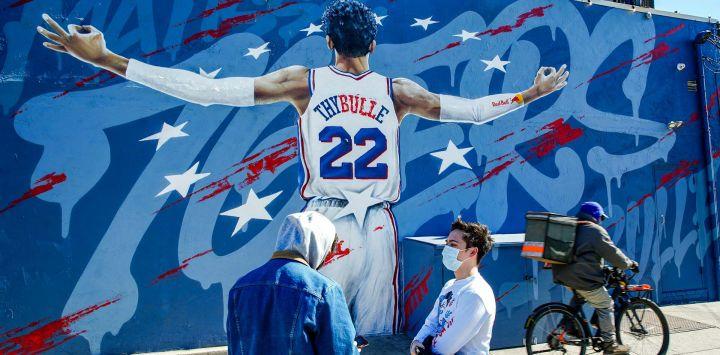Un mural de MatisseThybulle #22 de los 76ers de Filadelfia se ve en el lateral del garaje del bar del barrio de Fishtown en Filadelfia, Pensilvania.
