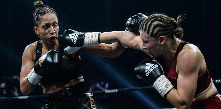La francesa EstelleMossely-Yokay la alemana VerenaKaiser compiten durante su combate de boxeo por el título de peso ligero de IBO en el H Arena en Nantes, en el oeste de Francia.