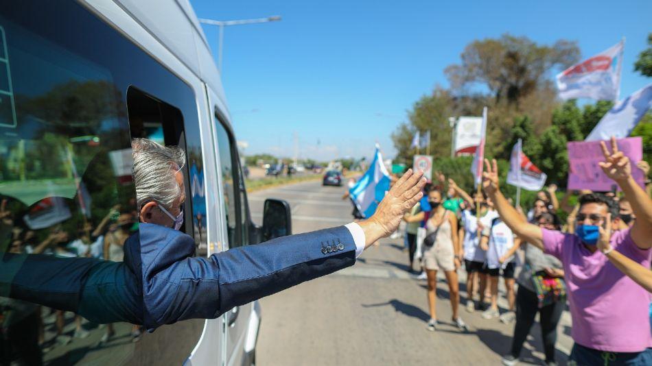 El presidente Alberto Fernández saluda a simpatizantes oficialistas en Mendoza.