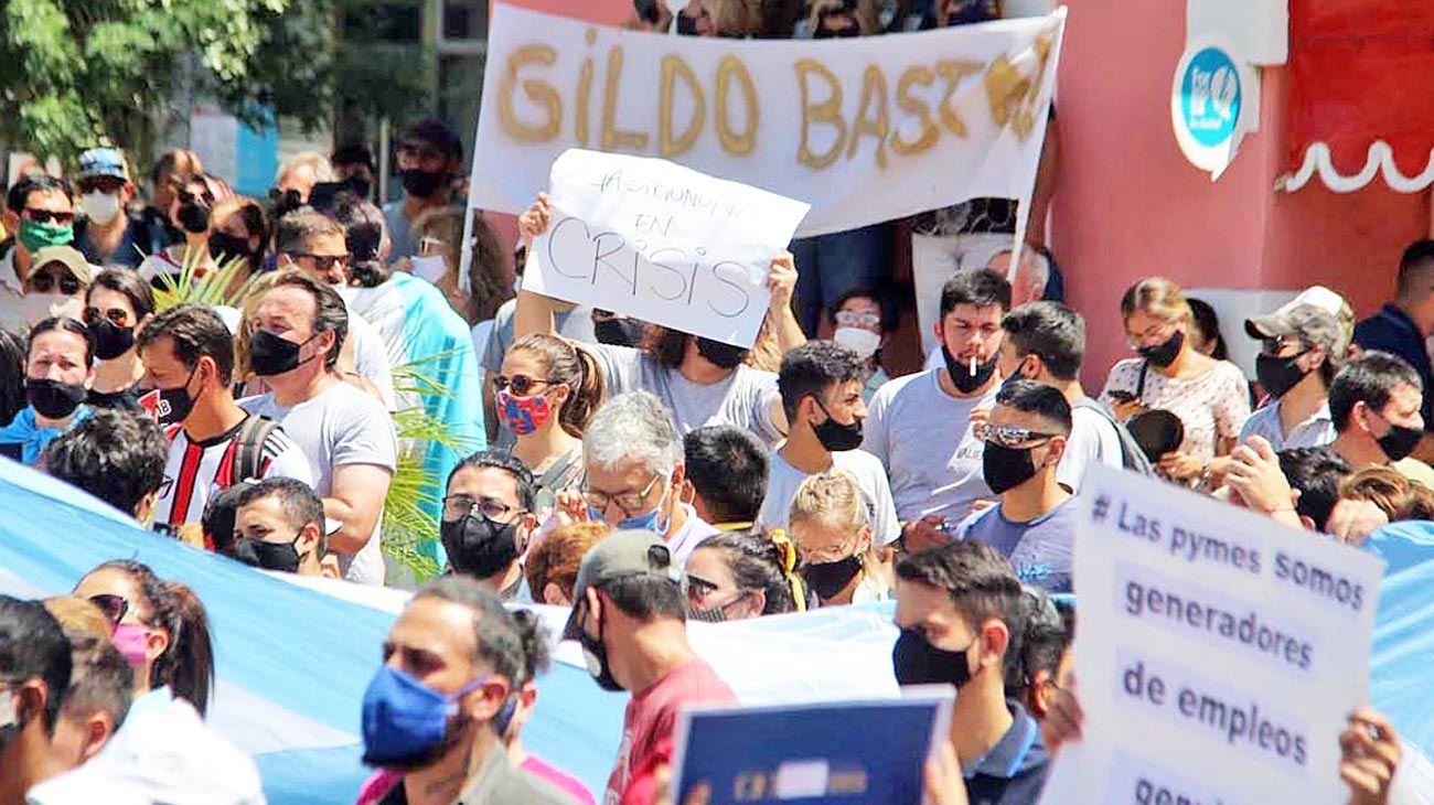 Protesta. Por la aparición de 17 casos de Covid, el gobierno provincial dispuso el aislamiento.
