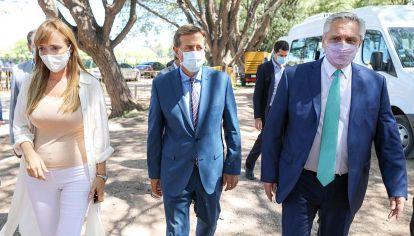 Escolta. El gobernador Suárez y la senadora Fernández Sagasti recibieron al presidente Fernández.