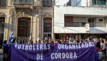 RECLAMO. Las futbolistas se manifestaron en varias ocasiones frente a la sede de la Liga pidiendo ser escuchadas.
