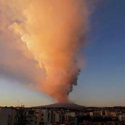 El volcán desprendió una gran nube de humo que alcanzó los 5.000 metros de altitud.