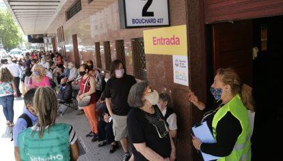Largas filas de adultos mayores esperando la vacuna en el Luna Park.