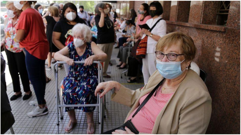 filas jubilados vacuna ciudad 09032021