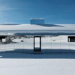 Se trata de una casa ubicada en los picos nevados de Gstadd, Suiza, cubierta totalmente con espejos,