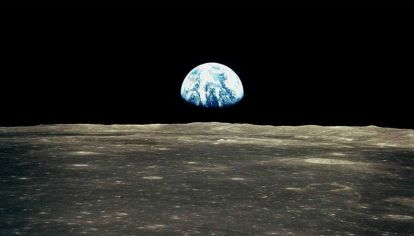 Amanecer en la Tierra desde la superficie lunar
