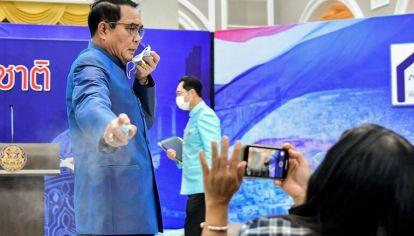 Tailandia: primer ministro roció alcohol sobre periodistas
