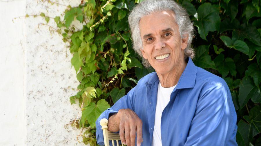 """Jairo, en su casa de Vicente López, donde vive con su amada mujer, Teresa, su gran amor desde hace 49 años y quien está con internación domiciliaria: sufre EPOC y superó dos cánceres. """"Es una mujer maravillosa"""", dice el cantante."""