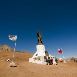 Está ubicado en el límite fronterizo entre ambos países, en el lugar del paso a mayor altura entre ambos