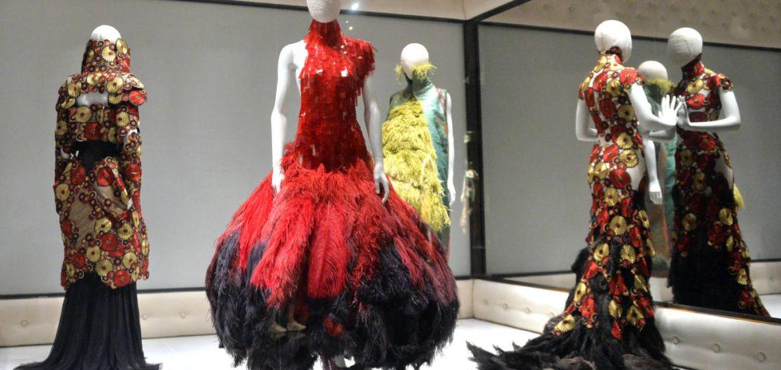 Alexander McQueen dona telas a futuros diseñadores