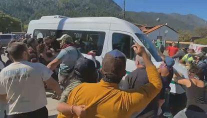 Manifestantes enfrentados con Arcioni rompieron un vidrio de la camioneta que trasladaba al presidente Alberto Fernandez en Lago Puelo.