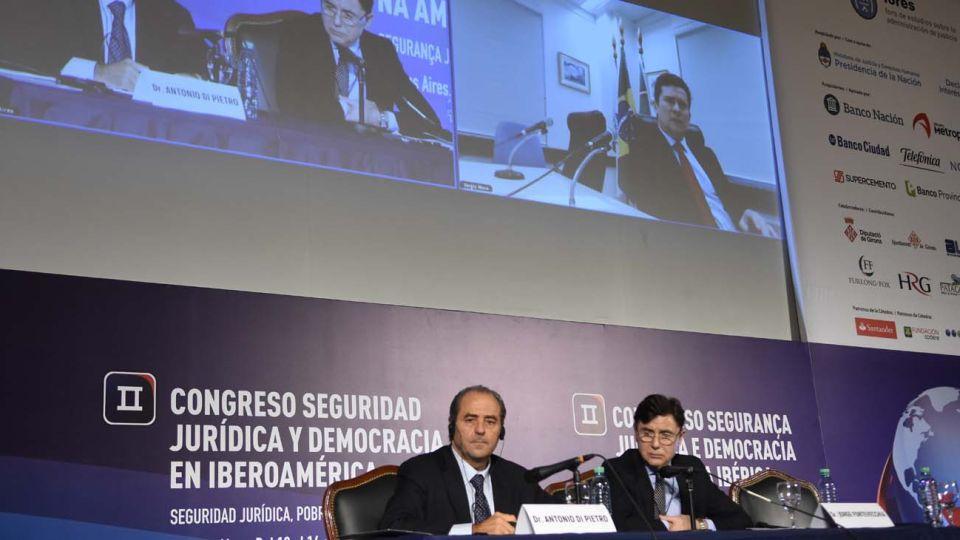 El doctor Antonio Di Pietro, junto a Jorge Fontevecchia en el Segundo Congreso de Seguridad Jurídica en Iberoamérica.