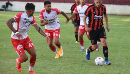 TRABADO. En un partido con pocas llegadas, Instituto y Defensores de Belgrano no se sacaron ventajas.