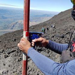 La implementación de este sistema de iluminación busca marcar la senda habilitada para el último tramo del ascenso al volcán Lanín.