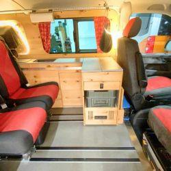 El camper conserva dos asientos traseros, lo que le permite transportar hasta 4 personas.