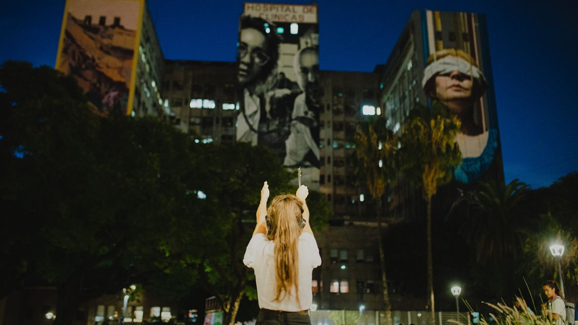 Lucia Aduriz, the in-person guide in the audio-visual documentary 'Aletta Jacobs. Pionera', points towards Hospital de Clínicas José de San Martín in Plaza Houssay, Recoleta.