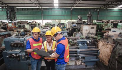 mujer trabajando en una empresa metalúrgica