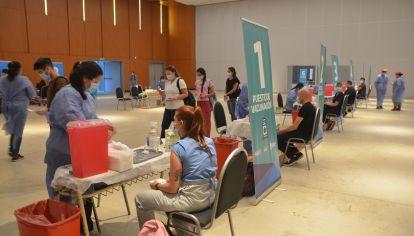 A LA ESPERA. La campaña de inmunización en Córdoba con la mira puesta en las nuevas dosis que envíe Nación.
