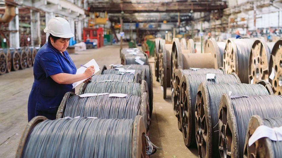 mujer trabajando metalúrgica 20210315