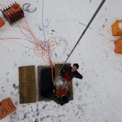 Está instalado a unos entre 750 y 1.300 metros de profundidad, a cuatro kilómetros de la orilla del lago Baikal
