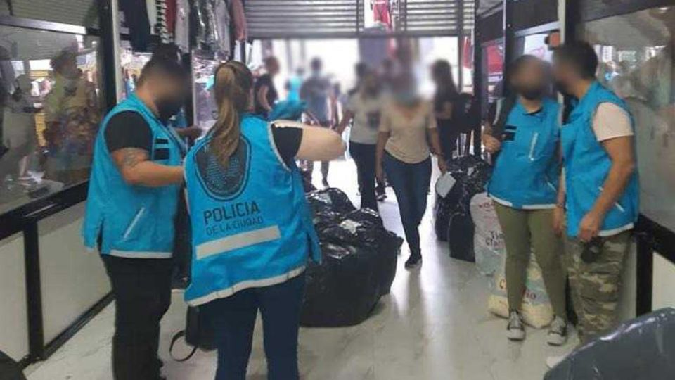 Allanamientos en galerías de venta de ropa apócrifa en zona de Avda  Avellaneda 20210316