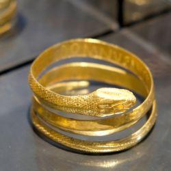 Una joya que podría llevarse aún hoy: un brazalete de oro con cabeza de serpiente hallado en Pompeya. Foto: Florian Sanktjohanser/dpa