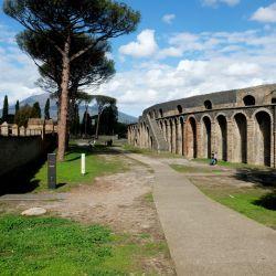Pompeya en tiempos del coronavirus: entre el Anfiteatro y la Gran Palestra solo se cruzan pocos visitantes. Foto: Florian Sanktjohanser/dpa