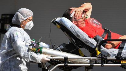 Un paciente de coronavirus es ingresado a un hospital público en Brasilia, Brasil.