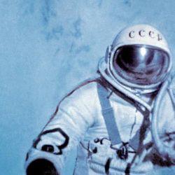Tras llegar a la órbita, a unos 500 kilómetros, Leonov se alistó para salir de la nave e ir en busca de la hazaña