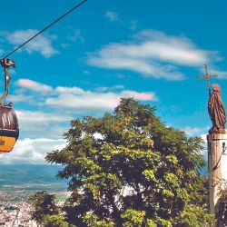 El ascenso en teleférico al cerro San Bernardo con la imagen del santo y las vistas de la ciudad de Salta.